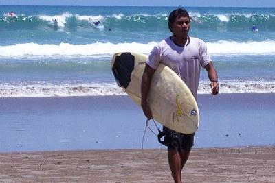 Bali plage : le sud, Kuta, Seminyak, Tanah Lot, Sanur. Surfer à Kuta