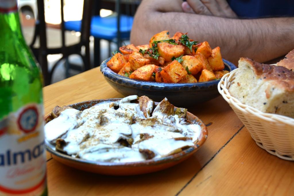 Ici des courgettes au tahine, et des batata harra (pommes de terre piquantes)
