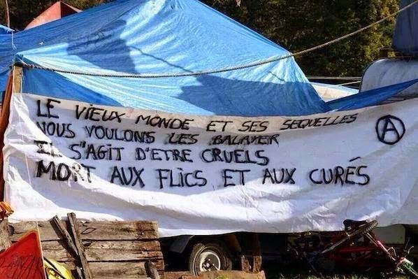 """Photo d'une banderole prise à Sivens, dans le Tarn,  sur le """"campement"""" des anarchistes et gauchistes opposés à la construction du barrage"""
