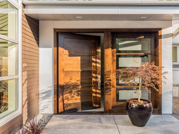 porte maison bois et vitrée