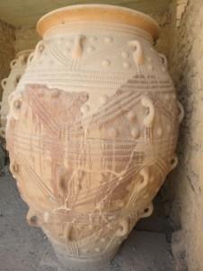 Pithoi géants. Ces énormes jarres de terre cuite figurent parmi les rares vestiges de la période archéopalatiale. Elles servaient à conserver du vin, de l'huile et des grains.