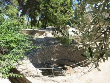 fosses circulaires, appelés kouloures, qui servaient de silos à grains.