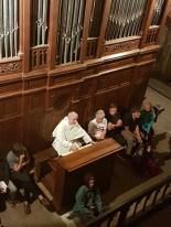 Frère Jean-Daniel à l'orgue dans l'abbaye de Sainte Foy de Conques