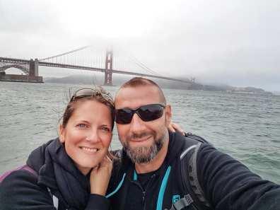 Les Amoureux du Monde devant le Golden Gate Bridge sous le fog - San Francisco