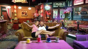 S'asseoir sur le célèbre canapé de Friends - Les Amoureux du Monde