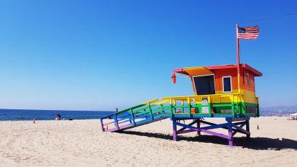 cabine colorée de sauveteur sur la plage de Venice Beach