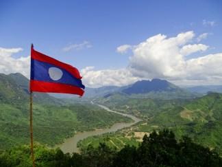 Drapeau du Laos au Viewpoint de Nong Khiaw