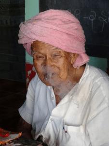 Vieille femme birmane fumant le cigare