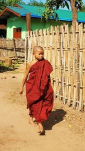 jeune moine marchant dans la rue