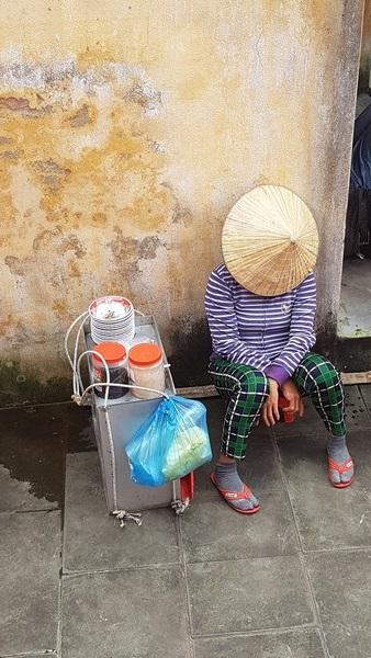 Femme faisant la sieste dans une rue à Hoi An