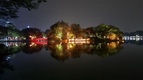 Hanoi de nuit - vue sur le pont rouge