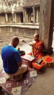 Bénédiction par un moine aux Temples d'Angkor - Cambodge
