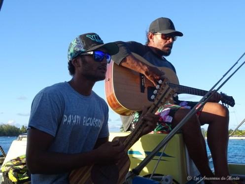 musiciens polynésiens lors d'une sortie bateau à Rangiroa