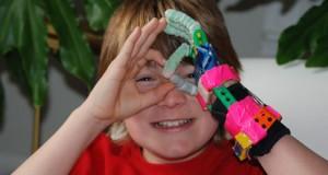 Paul McCarthy a utilisé une imprimante 3D pour créer une prothèse de main à son fils. Il aurait pu en acheter une à 20 000 $ puis une autre tous les ans à mesure que son fils grandissait. Il a choisi d'en imprimer une pour 10 $ ...