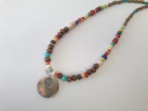 Collier tour de cou perle bois multicolore pendentif nacre nacre