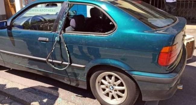 La police libère un chien abandonné dans une auto