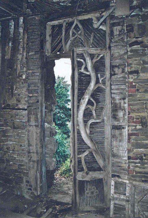 Le rocher d'Attre - porte décorée de tronçon d'arbres