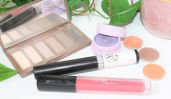 produits maquillage lavande et saumon