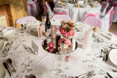 mariage-decoration-fushia-vignes-fleurs-miroir-les-embellies-d-amelie-domaine-de-la-ruisseliere-cecile-creiche06