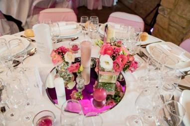mariage-decoration-fushia-vignes-fleurs-miroir-les-embellies-d-amelie-domaine-de-la-ruisseliere-cecile-creiche11