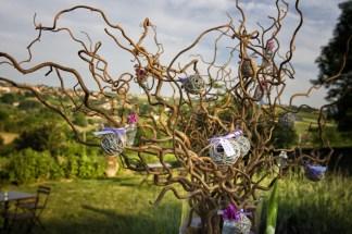 mariage-decoration-vase-martini-fleurs-les-embellies-d-amelie-domaine-albert-regards-complices04