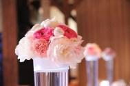 mariage-decoration-vase-tube-fleur-moderne-bougies-les-embellies-d-amelie-chateau-de-pizay-loovera-photographie08