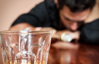 Uomo di successo alcolizzato, un problema non risolto