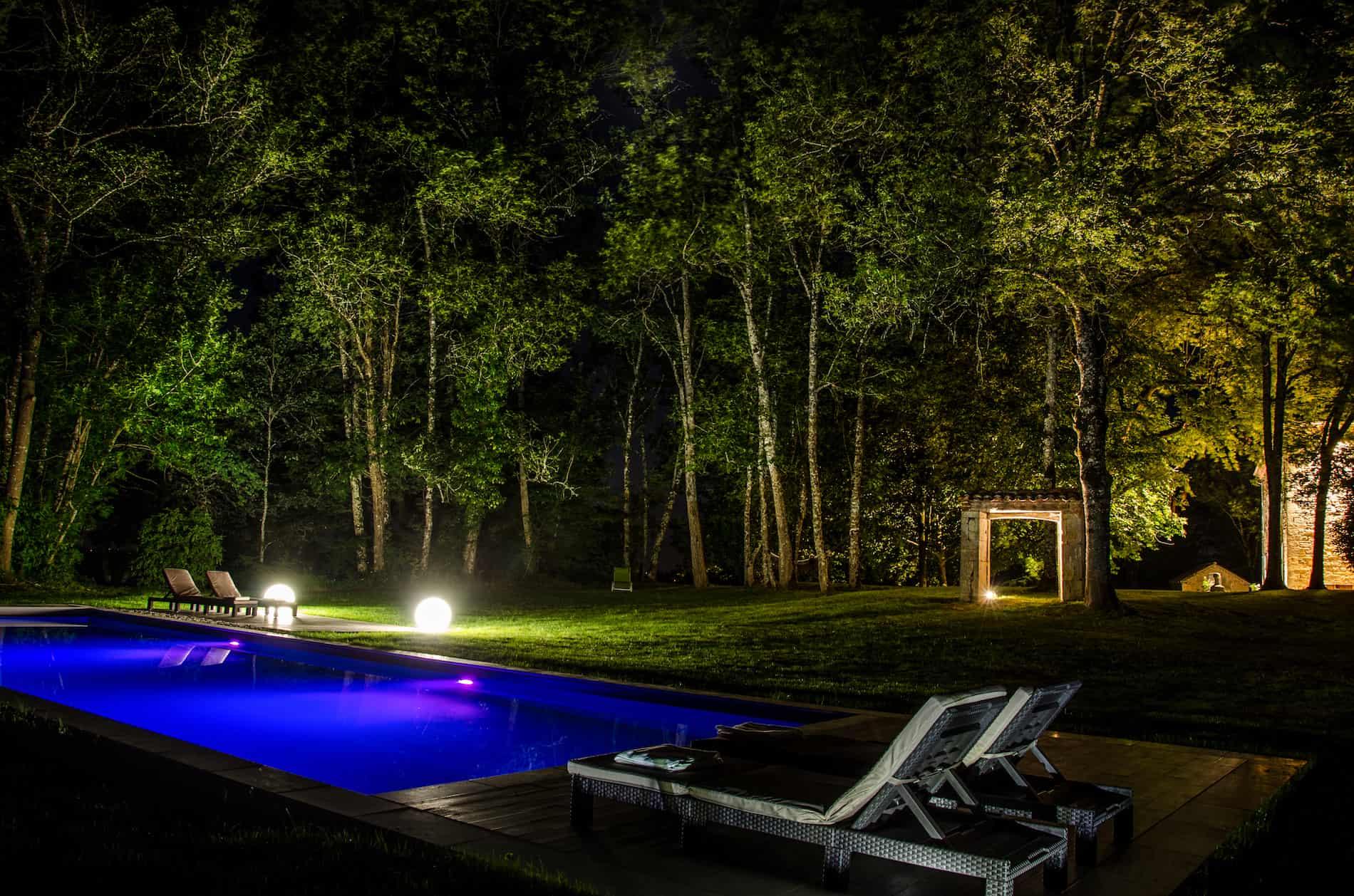 vue sur la piscine de nuit des hauts de sauliès