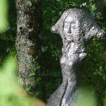 Sculpture d'une petite fille dans le jardin du saulies