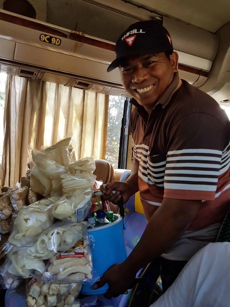 Vendeur ambulant dans les bus, Indonésie