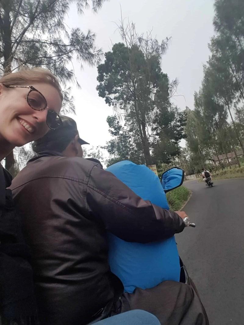 Les Heureux Voyageurs en scooter pour aller à Cemoro Lawang, Indonésie