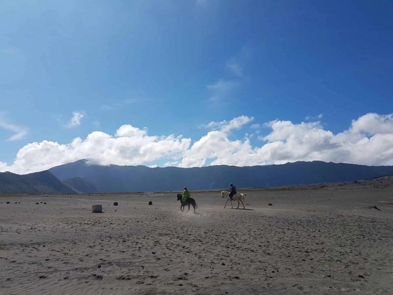 Indonésien à cheval devant le Mont Bromo, Indonésie