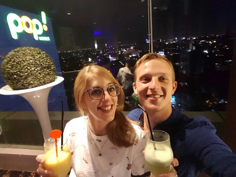 Les Heureux Voyageurs au restaurant du Pop Hotel de Surabaya, Indonésie