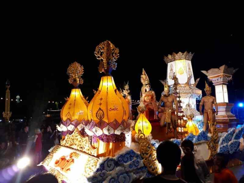 Thaïlande, parade dans les rues de Chiang Mai 🎆 4