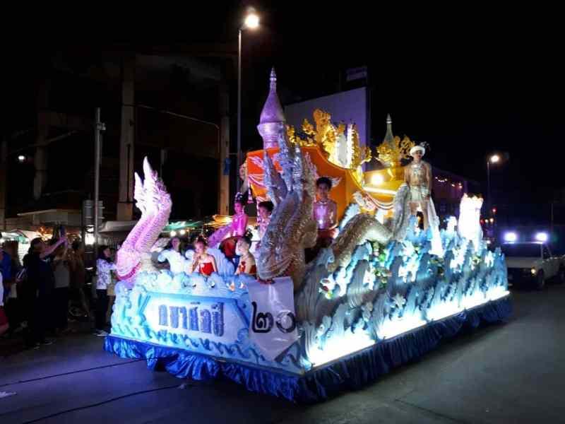 Thaïlande, parade dans les rues de Chiang Mai 🎆 3