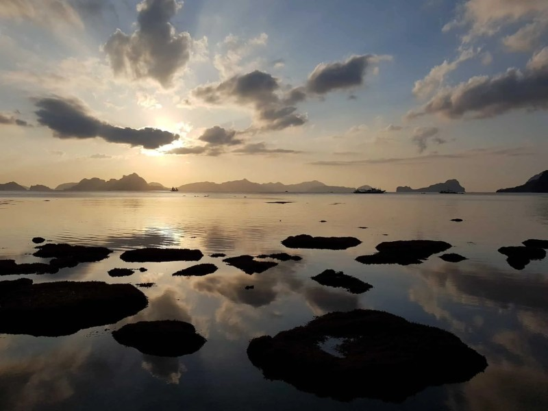 Philippines, Las Cabanas Beach au coucher du soleil 🌅 9