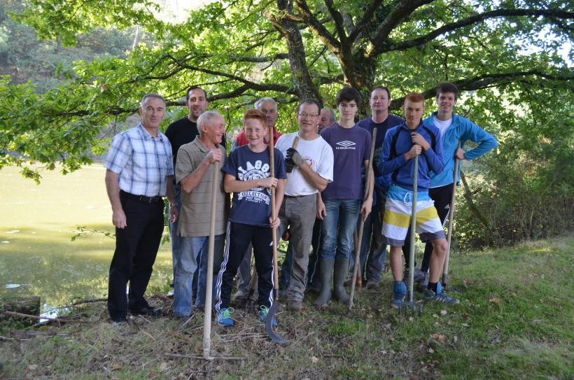 Les bénévoles dont les parents des élèves des écoles de Caro et Monterrein ont nettoyé les sentiers autour de l'étang de Patouillet