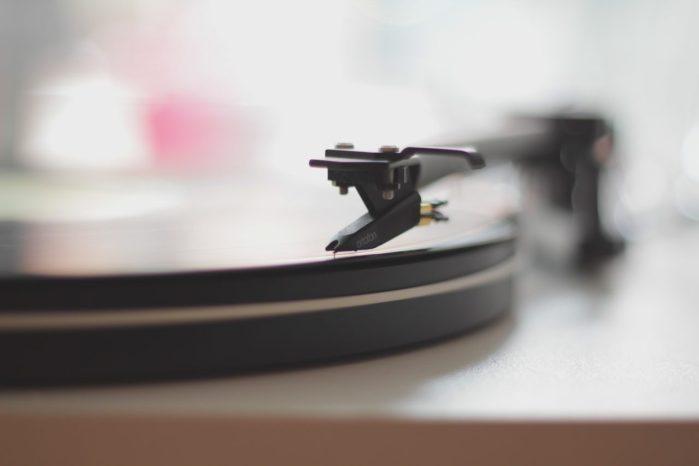 Platine vinyle en gros plan pour l'article 10 samples légendaires du Hip Hop