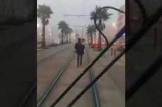 Casablanca: il bloque le tram avec un enfant dans les bras (VIDEO)