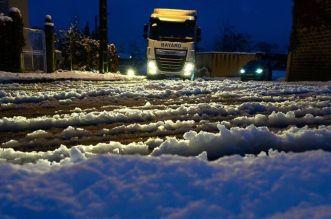 La neige paralyse une partie de la France: 320.000 foyers sans électricité, routes bloquées…