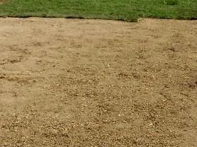 La préparation du sol en vue du semis d'une nouvelle pelouse, ici le sol est prêt à être semé.