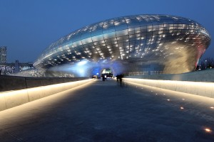 Dongdaemun Design Plaza créé par Zaha Hadid. Photo : Nestor Lacle via Flickr.