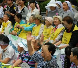 Rassemblement d'anciennes « Femmes de réconfort » devant l'ambassade du Japon à Séoul, août 2011. Par Claire Solery - Licence CC BY-SA 3.0 via Wikimedia Commons.