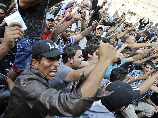 """Résultat de recherche d'images pour """"photos des foules menaçantes de migrants"""""""