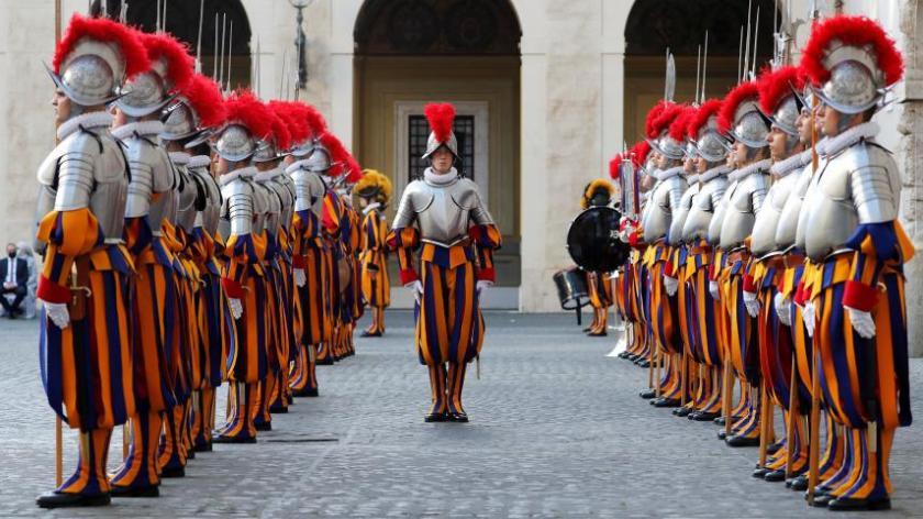 Il y aura peut-être bientôt des femmes dans la Garde suisse du pape François.
