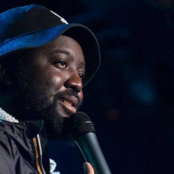 Djimo joue son spectacle : photographie du comédien sur scène