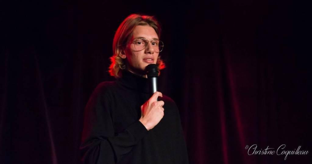 Paul Mirabel, humoriste stand-up, en spectacle à la Petite Loge