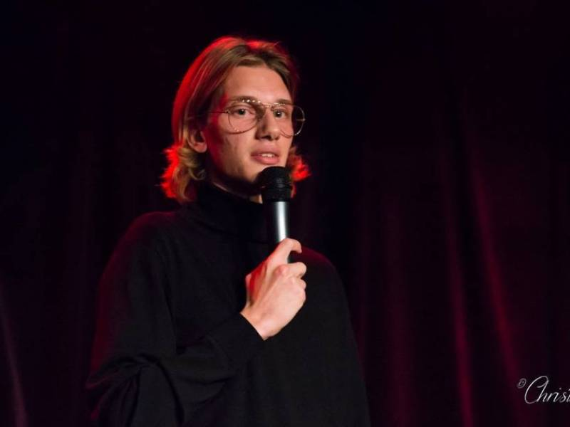 Paul Mirabel, humoriste stand-up, en spectacle à la Petite Loge