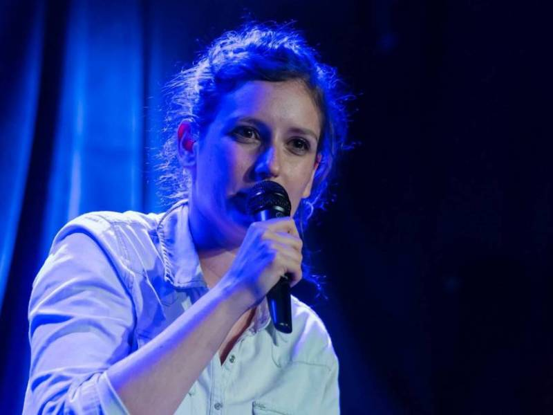 Rosa Bursztein sur scène s'entraîne pour son spectacle Tenir debout