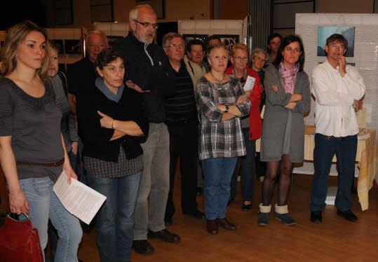 Les artistes participants aux côtés d'Emmanuelle Le Guennec, présidente de Hoari, samedi, au moment des allocutions lors du vernissage.